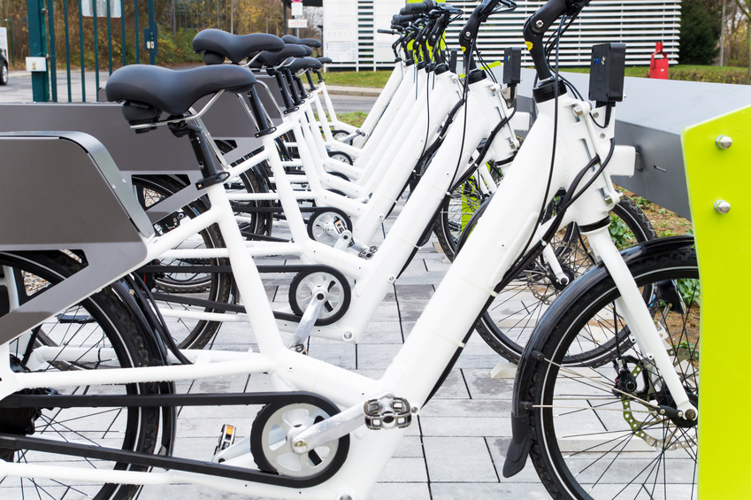 E-Bikes laden Akkus an Ladestation / E-Bike Station