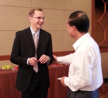Julian Busch, der Geschäftsführer der MPR China Certification GmbH, mit dem Geschäftsführer der CCAP, Herrn Qiang Yi am 9. Mai 2013 in Nanjing, V.R. China